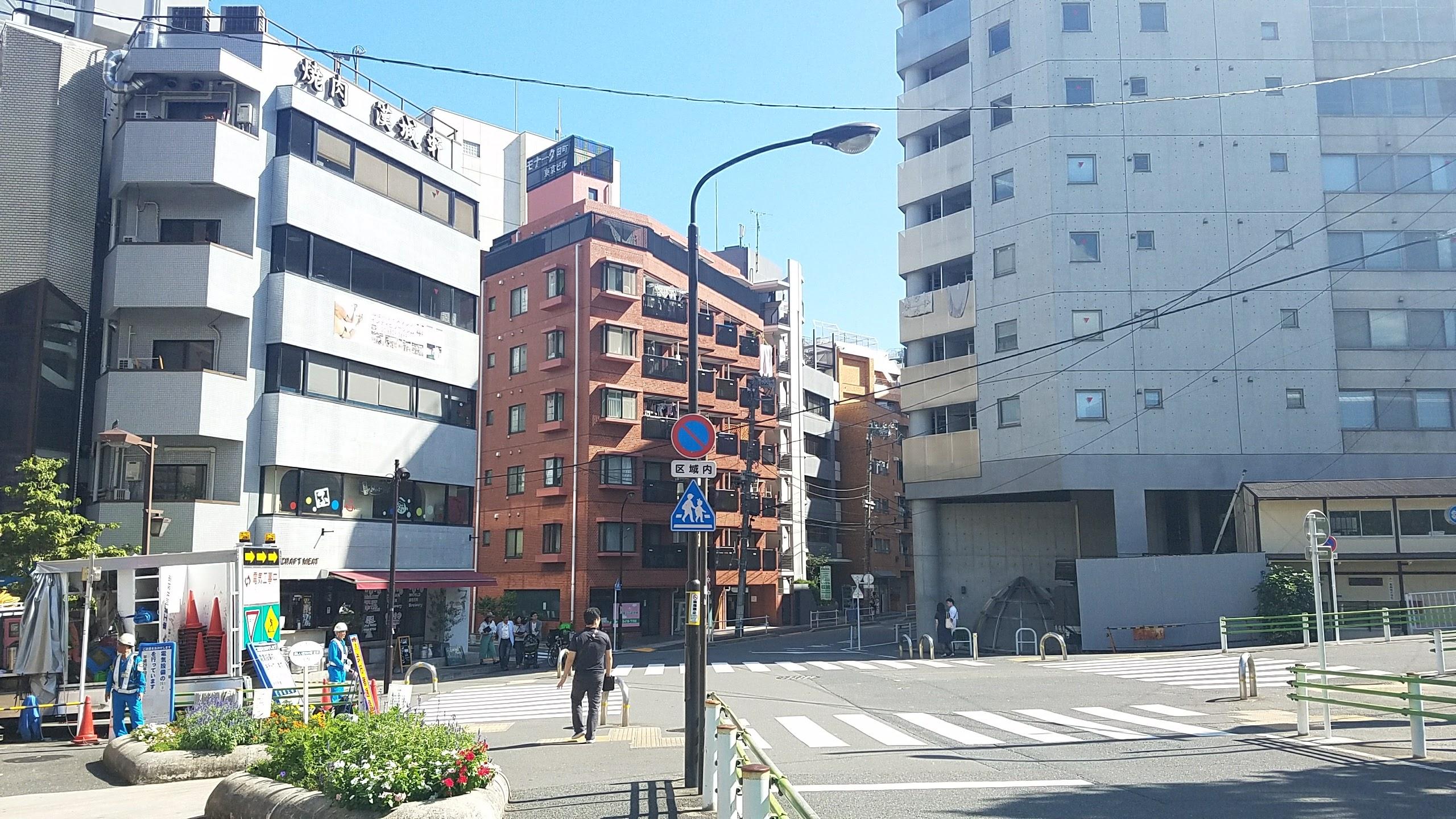 五叉路を茶色いビルの方向に進みます