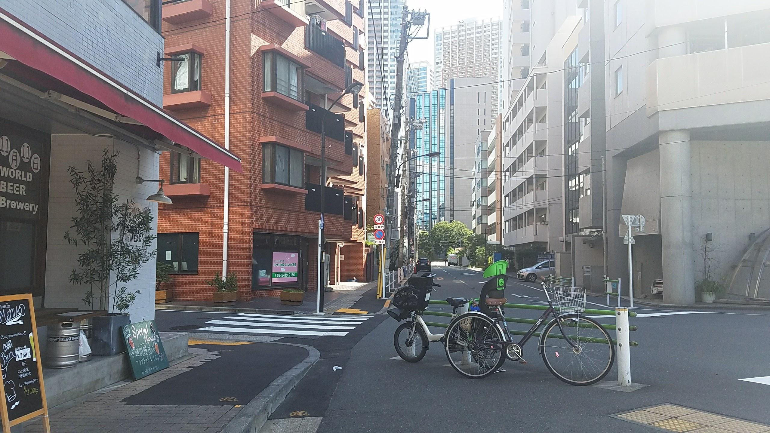 茶色いビルの方向に進み、一つ目の角を左に曲がります
